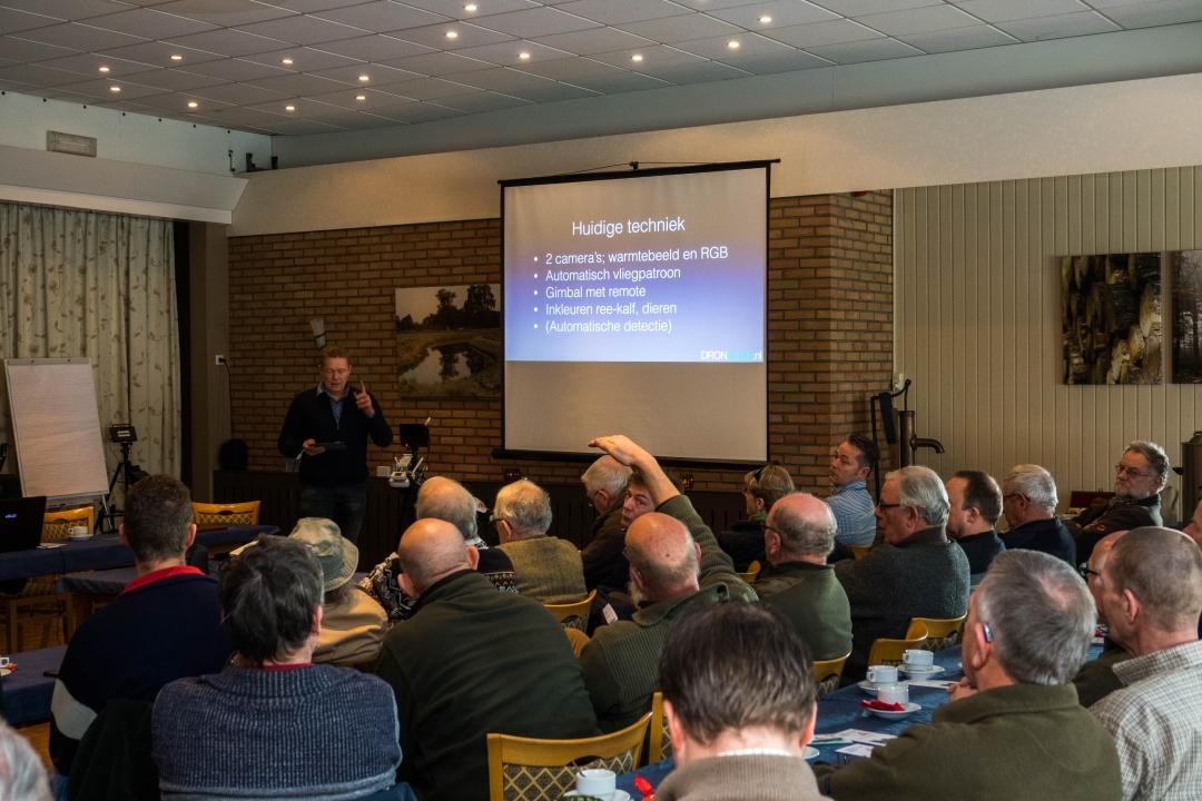 Afbeelding: Roger Borre reageert op vragen over toepassing drone met warmte detectie tijdens schouw. foto: Wouter Borre