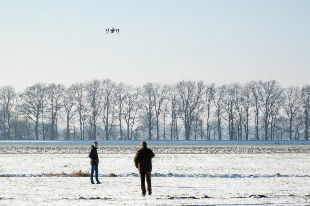 Afbeelding: Herzo van der Wal en Willem van Lulofs Umbgrove in actie tijdens demonstratie: Drones redden reeën